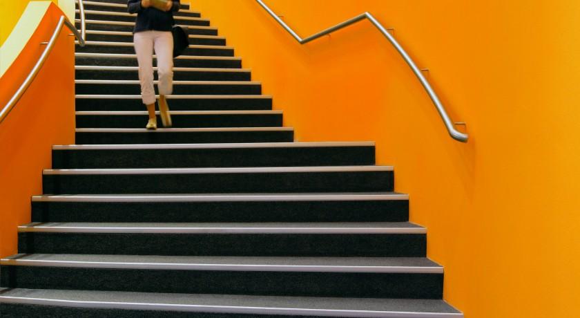 Bild: Frau läuft Treppe hinaus - Impressum Schaake & Friends