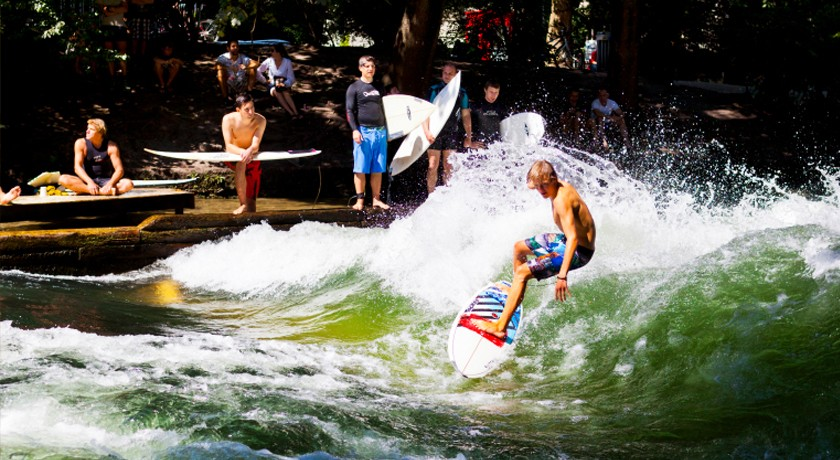 Unser Team in München, Foto zeigt Surfer auf dem Eisbach